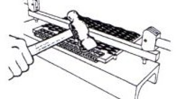 5. Zaklepneme zadní část spoje do pásu (pozor na narušení přední části spoje, kde bude prostrčen spojovací drát)